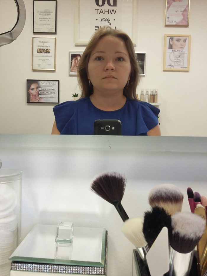 makijaż wieczorowy rzut oka na lustro
